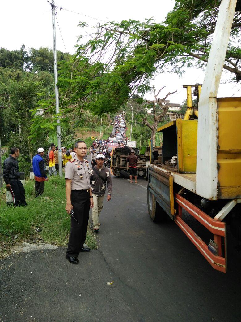 Laka truk mengakibatkan macet panjang