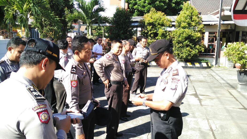 Kapolsek Ngantang periksa kelengkapan dan sikap tampang anggotanya