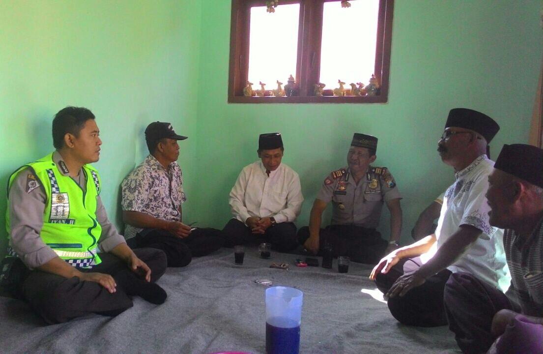 Kapolsek Batu Takziah tokoh masyarakat Dusun Santrean Desa Sumberejo