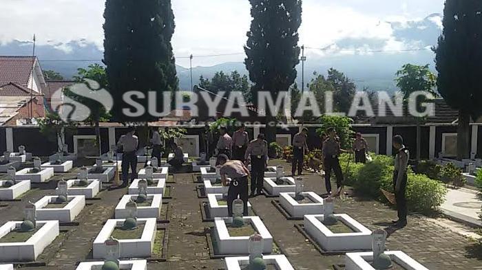 Peringati HUT Bhayangkara ke-70, Polisi Batu Bersih-bersih Taman Makam Pahlawan