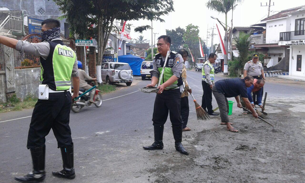 Polisi bersihkan tumpahan bahan cor di simpang 3 pendem