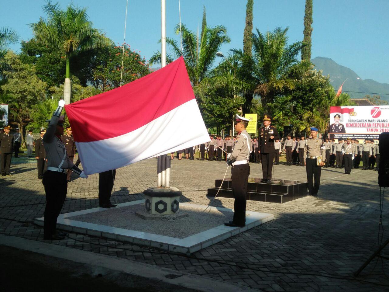 Kapolres pimpin Upacara bendera peringatan HUT RI ke 71 di Polres Batu
