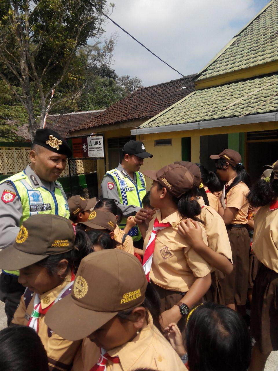 Antusias anak anak kepada kehadiran polisi