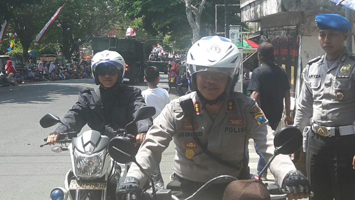 Kapolres Batu dengan motor, patroli sisir pengalihan arus guna kelancaran giat karnaval kota Batu