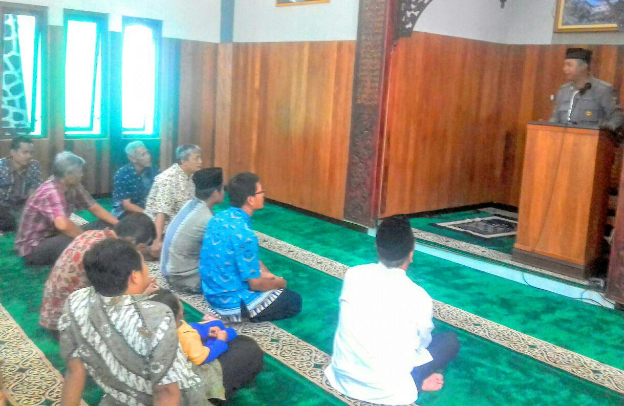 Bhabinkamtibmas Kel. Songgokerto laksanakan Tatap muka dan penyuluhan kepada Jamaah Sholat Jumat Masjid Al Mutaqien BBPP Songgoriti Kec.Batu.