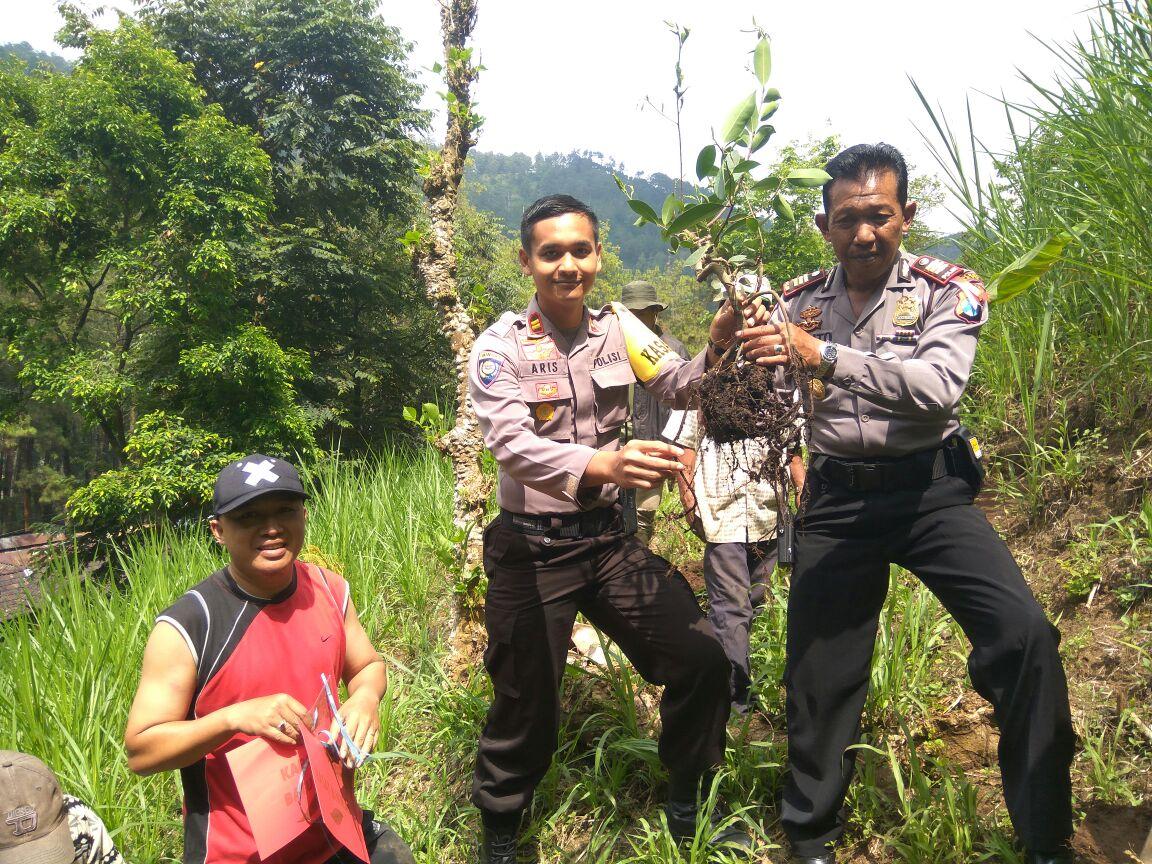 Penghijauan penanaman pohon bersama warga Paguyuban Payung 2
