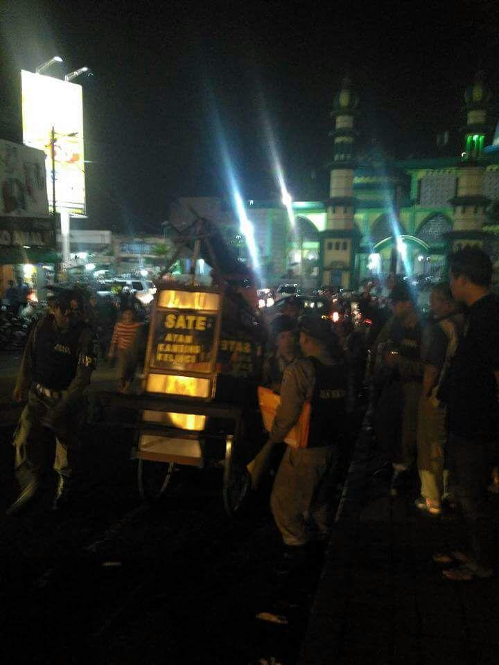 Sat pol PP tertipkan PKL di sekitaran alun alun Kota Batu