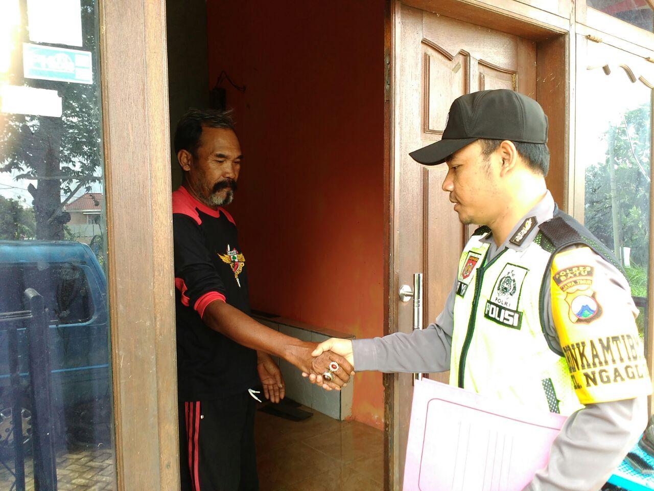 BERIKAN PELAYANAN KEPOLISIAN SECARA PROAKTIF BHABIN KEL. NGAGLIK POLSEK BATU KOTA LAKUKAN DDS (DOOR TO DOOR SYSTEM)