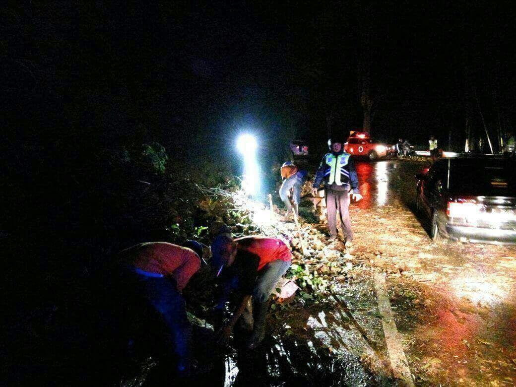 Curah Hujan Tinggi Akibatkan Tanah longsor Di Payung 3 Songgoriti Kota Batu