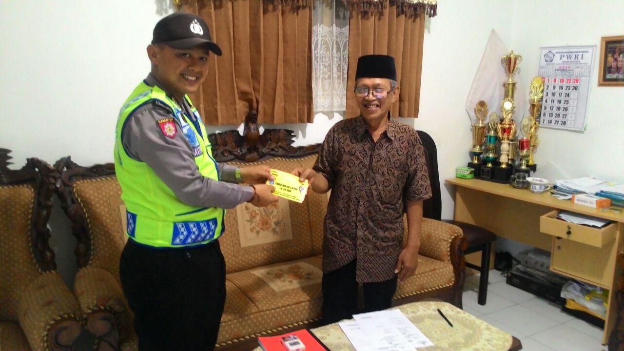 DDS Kunjungan Bhabinkamtibmas Kelurahan Temas Polsek Batu Kota Bagikan Striker Tamu Wajib Lapor