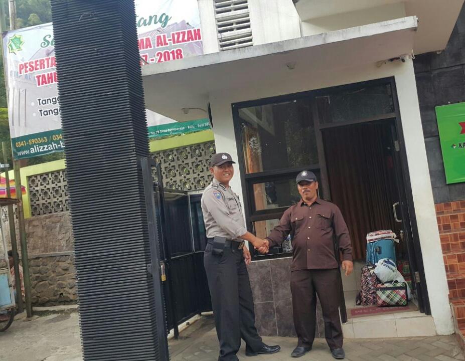 DOOR TO DOOR BHABINKAMTIBMAS DESA. SUMBEREJO POLSEK BATU KOTA SAMBANG SATPAM PONDOK MODERN DAN SEKOLAH ISLAM AL IZZAH