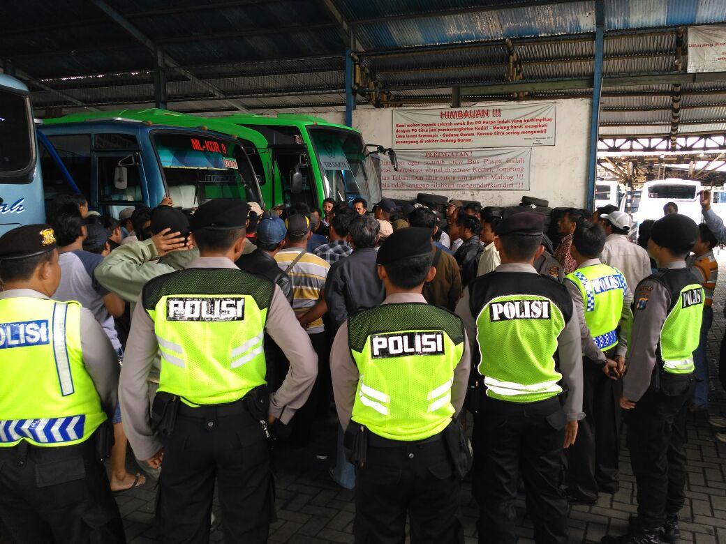 Pengamanan Unjuk rasa karyawan Bus Puspa Indah Di Dadaprejo Junrejo