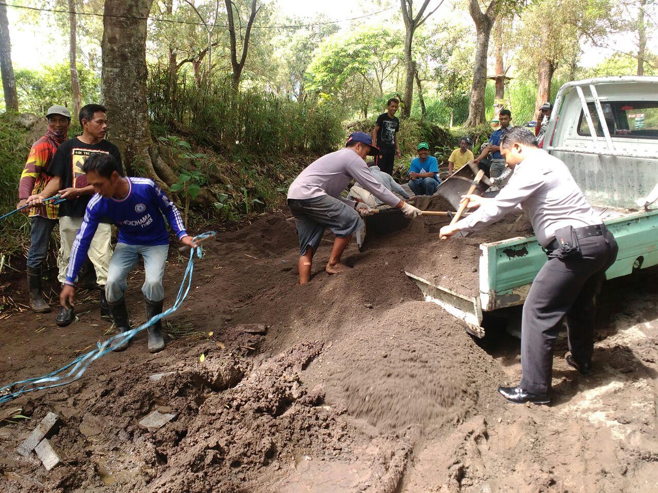 GOTONG ROYONG BHABIN DESA.ORO ORO OMBO POLSEK BATU KOTA KERJA BHAKTI PEMASANGAN PAVING