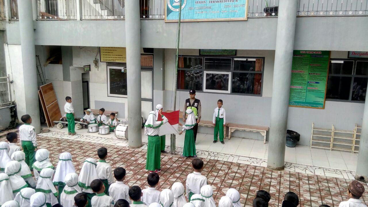 Bhabinkamtibmas Desa Ngabab Polsek Pujon Menjadi Pembina Upacara di MI Thoriqotussa'adah Desa Ngabab