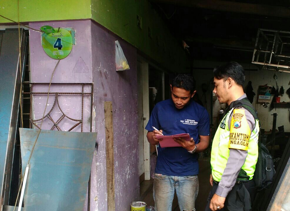Sambang Aktifitas Warga Bhabinkamtibmas Kelurahan Ngaglik Polsek Batu Kota Sampaikan Pesan Kamtibmas