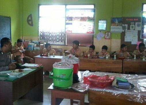 Bhabinkamtibmas Kelurahan Songgokerto Polsek Batu Kota Berkunjung ke SD Negeri Songokerto 03 Batu*