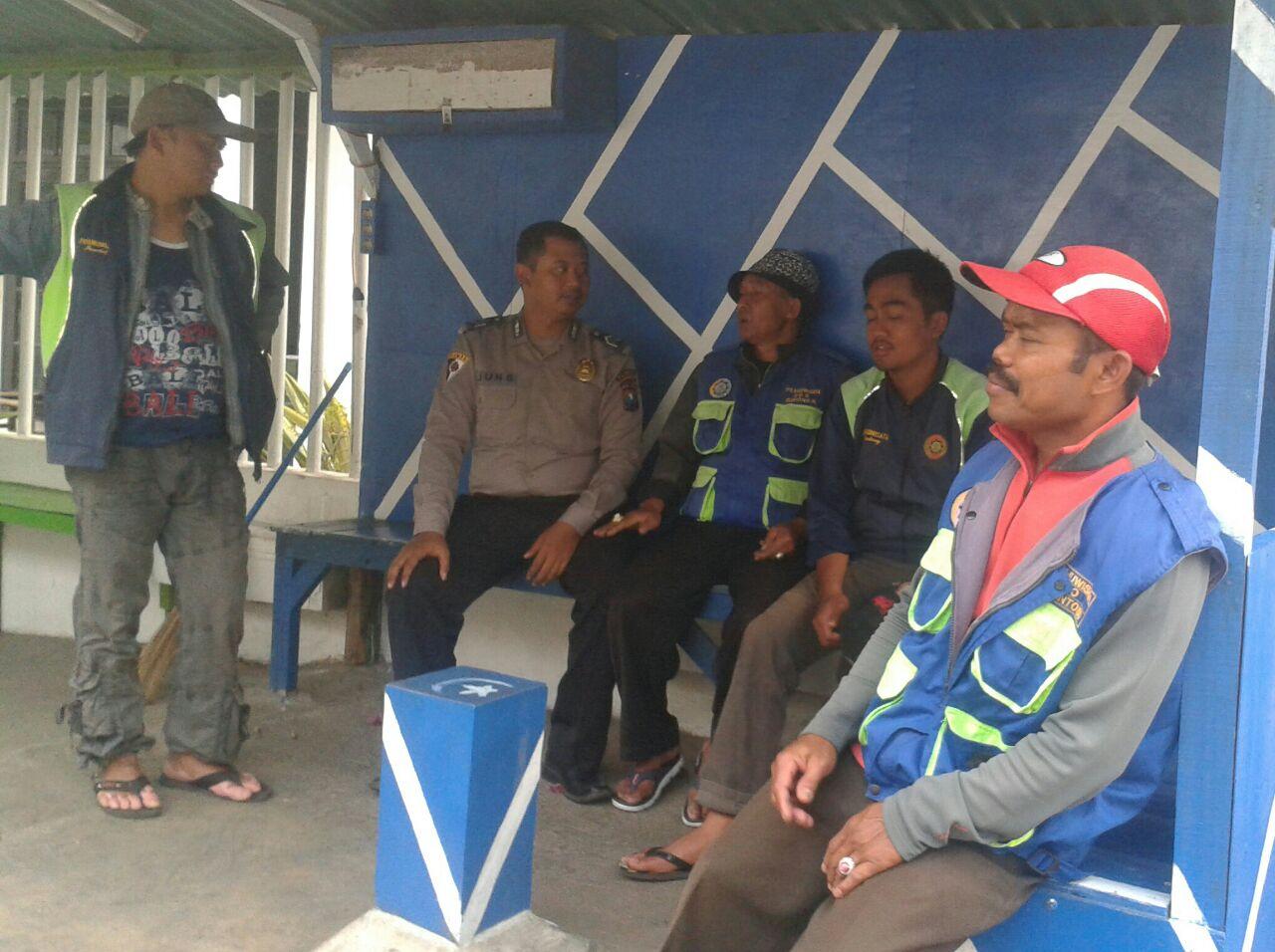 Bhabinkamtibmas Kelurahan Songgokerto Polsek Batu Kota Laksanakan Binluh Kamtibmas Kepada Anggota Pramuwisata Songgoriti