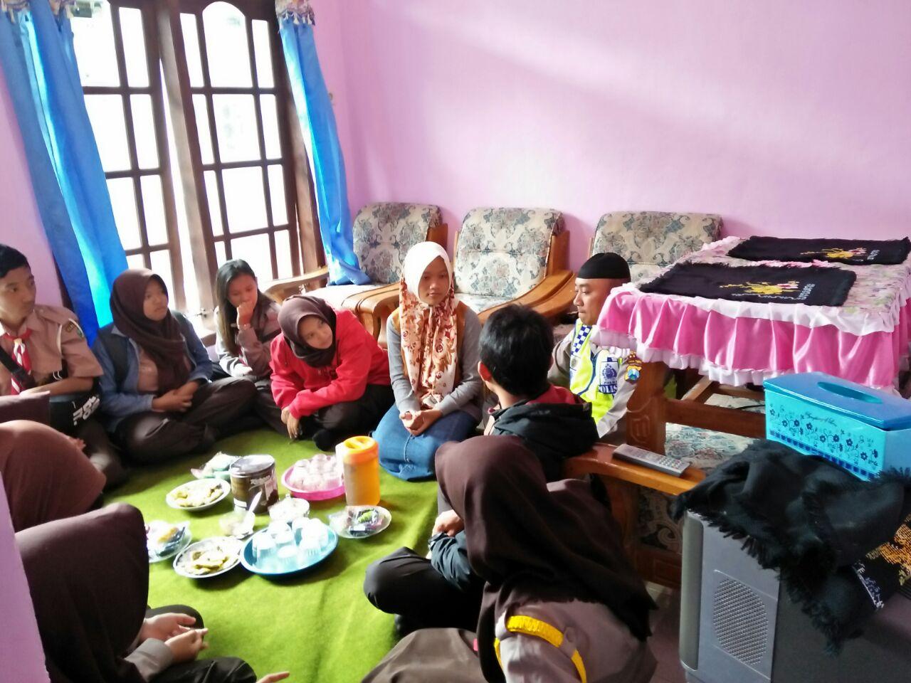 Kasat Binmas dan Anggota Saka Bhayangkara Pangkalan Polres Batu Takziah ke Rumah Duka Orang Tua Anggota Saka