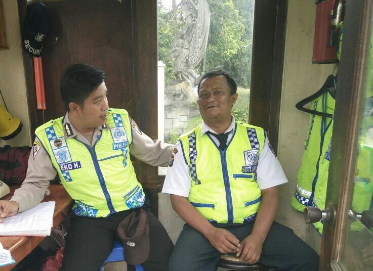 Bhabin Desa Pesanggrahan Polsek Batu Kota Sambang dan Pembinaan Kelompok Pam Swakarsa