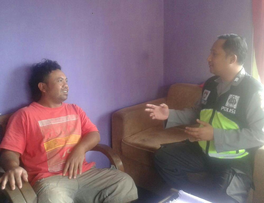 Bhabinkamtibmas Desa Oro Oro Oro Ombo Silaturahmi Dengan Tokoh Pemuda Sampaikan Pesan Kamtibmas