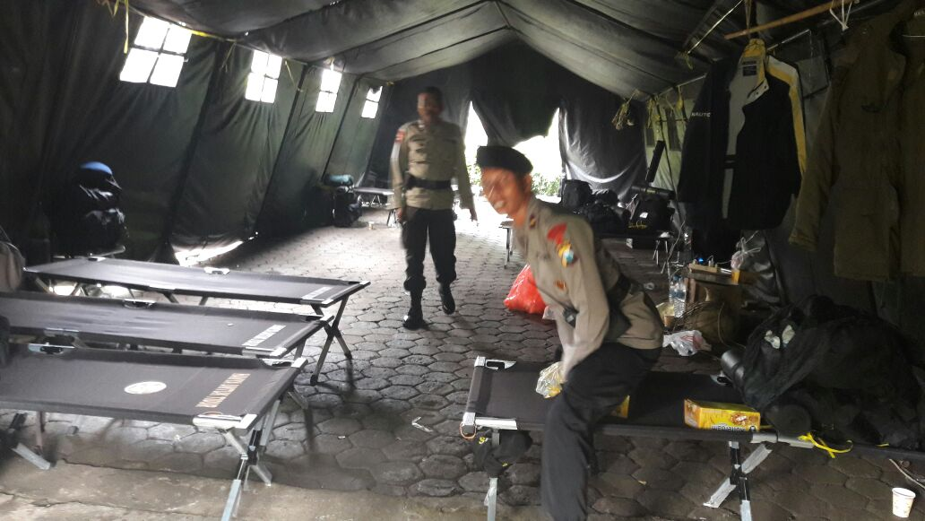 Pasukan Brimob Standby di Tenda Pasukan