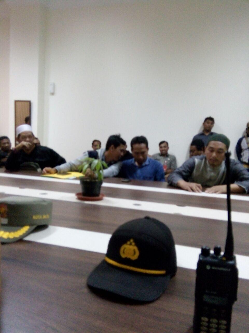 Kapolsek mengikuti acara Audensi Aksi Damai penyampaian Aspirasi Penolakan rencana pembangunan gedung serba guna dan kerohanian oleh Warga Desa Oro-Oro Ombo