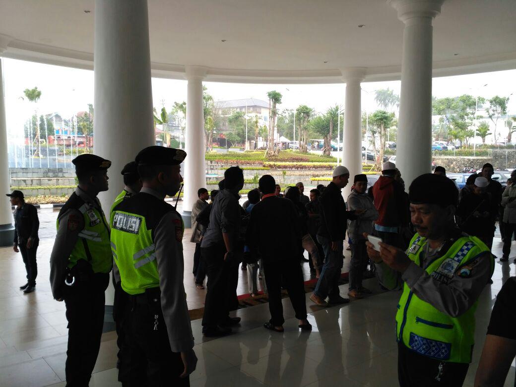 Pengamanan terhadap masyarakat Ds. Oro2 Ombo yang berunjuk rasa di Balai Kota Among Tani
