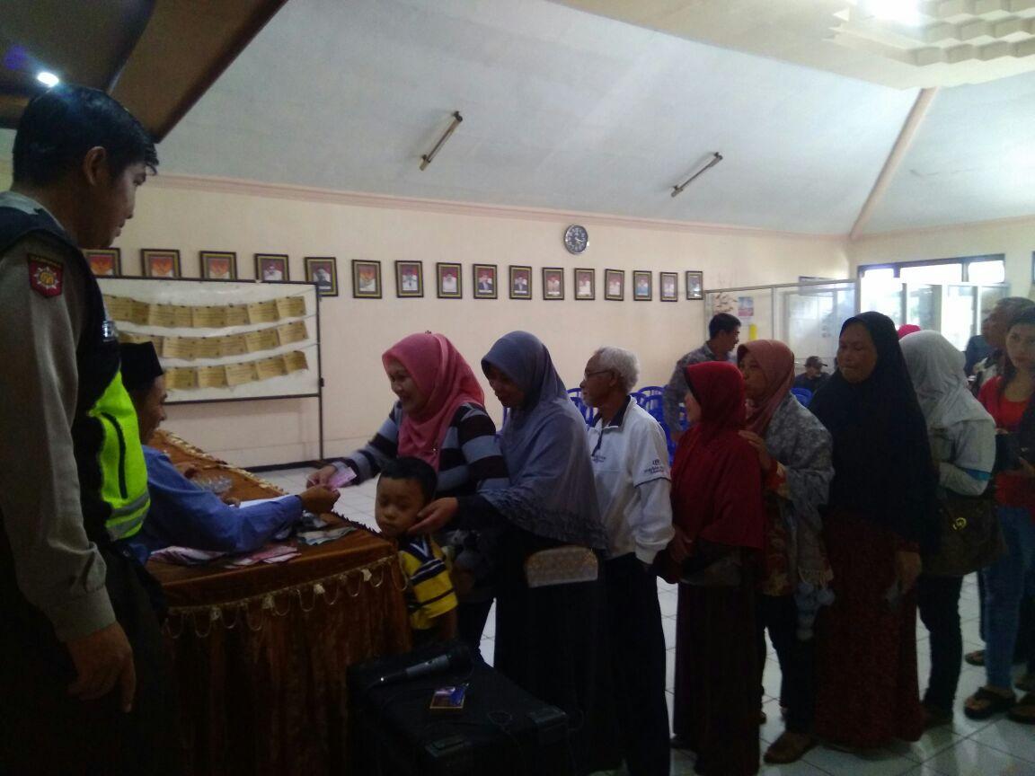 Bhabikamtibmas Desa Pesanggrahan Polsek Batu Kota Pantau Giat Penerimaan Subsidi Pengurusan Prona
