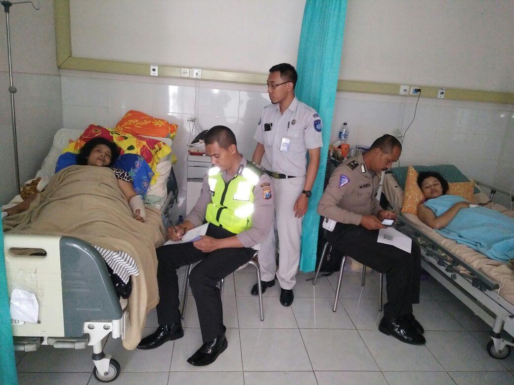 Door To Door Unit Laka Satlantas Polres Batu pendampingan pemeriksaan Korban Laka di Rumah Sakit bersama dengan Jasa Raharja