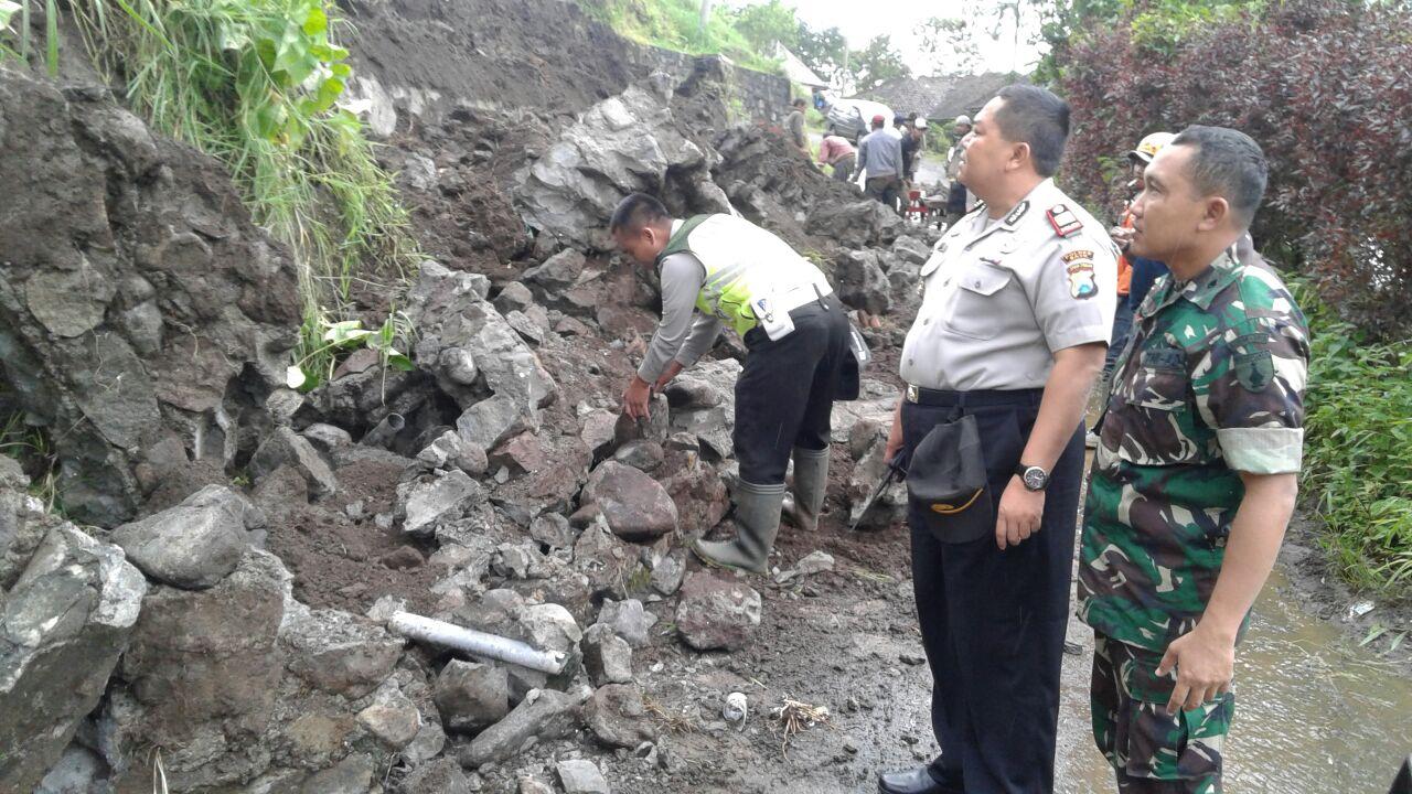 KapolsekJunrejo dan Anggota Bersihkan Tanah Longsor Bersama Warga di dsn sumber Darmi Junrejo