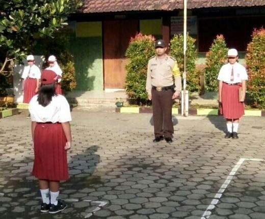 Bhabinkamtibmas Kelurahan Songgokerto Polsek Batu Kota Pembina Upacara Bendera di SD Negeri Songgokerto 01 Batu