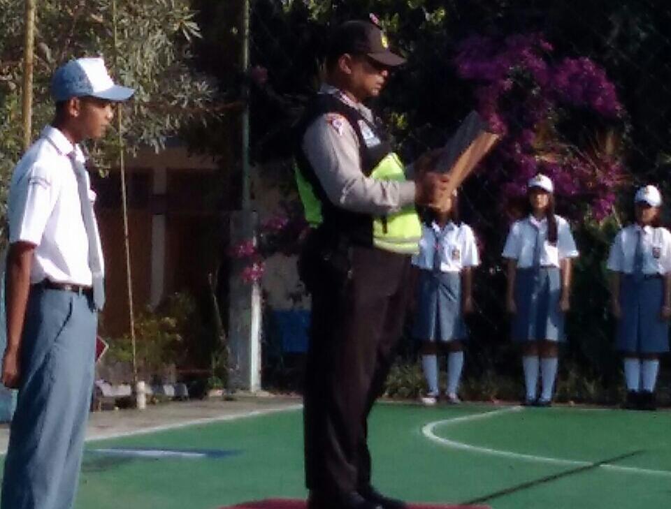 Kanit Binmas Polsek Batu Kota Pembina Upacara Di SMA Khatolik Yos Sudarso