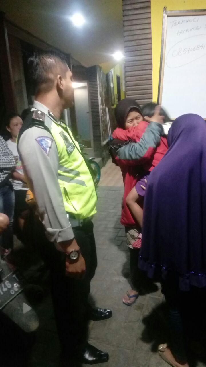 Bentuk Kepedulian seorang Polisi Mengantar Anak Hilang Pulang Kerumahnya