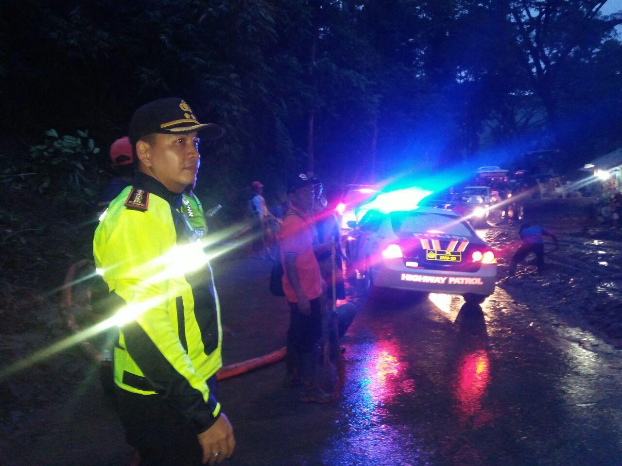 Kapolres Jalan Kaki 2 Km Menuju Titik Longsor