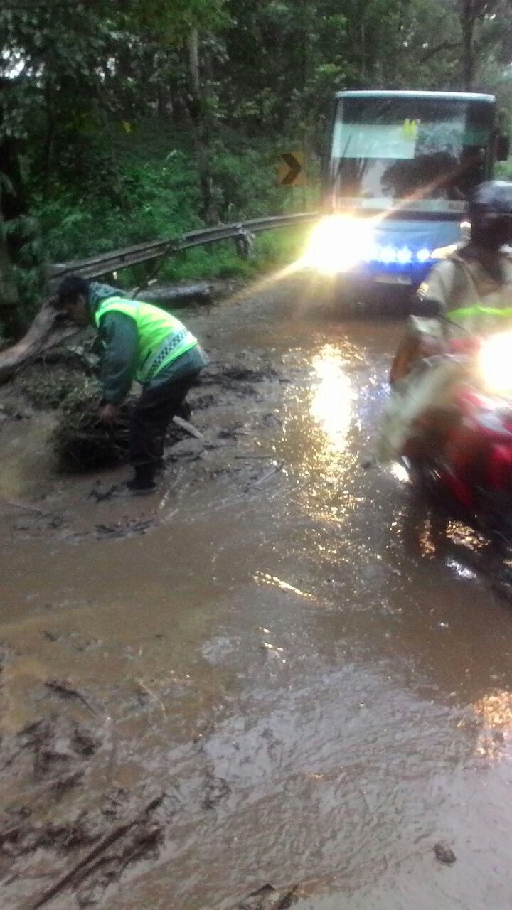 Evakuasi Tanah Longsor Anggota Bersama warga di Pait Kasembon