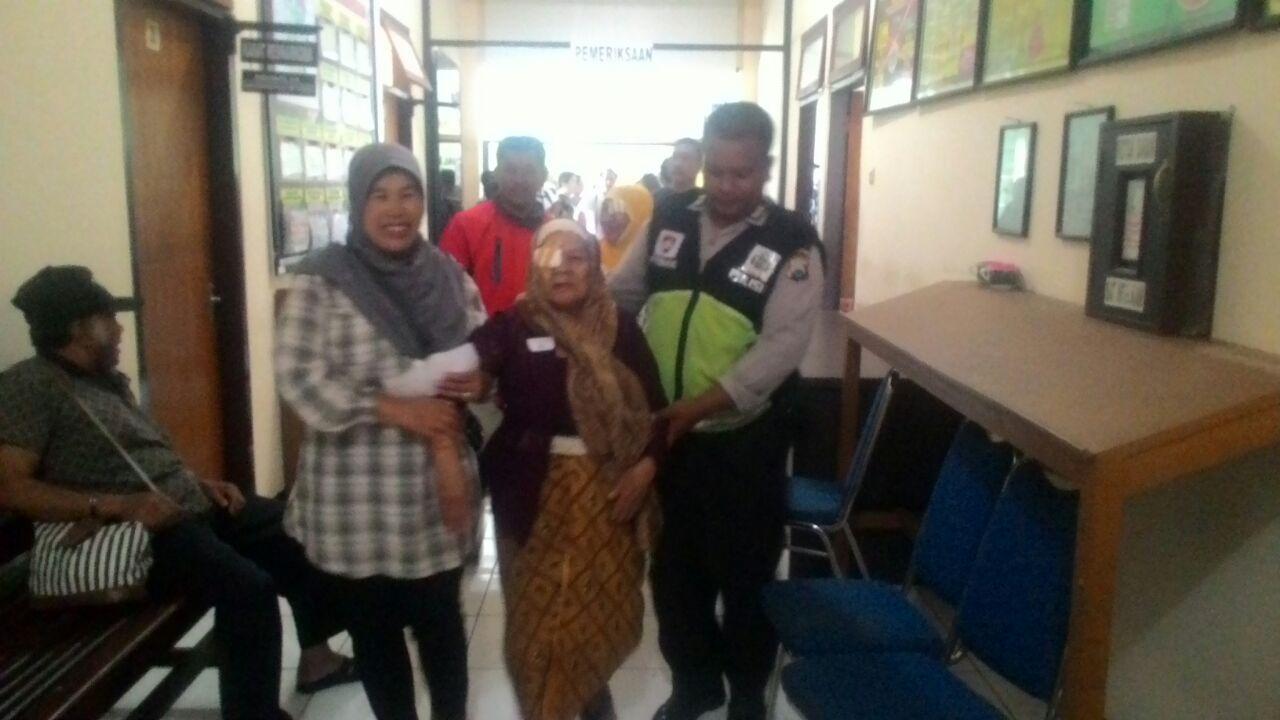 Babinkamtibmas kel Temas Melaksanakan Kegiatan Antar Jemput Pasien Oprasi katarak Kepada Ibu Ngatinah