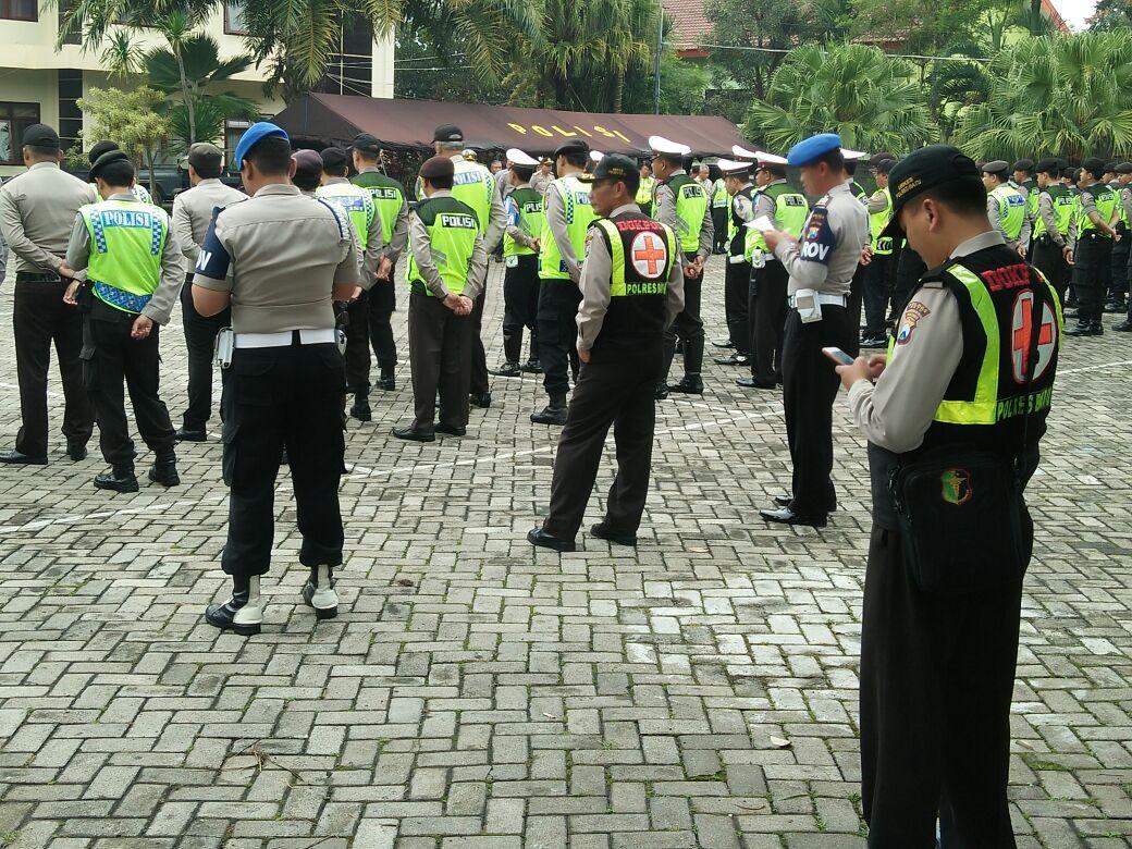 Keslap memberikan dukungan kesehatan Personil saat apel pagi dalam rangka antisipasi konvoi suporter Arema di Mako Polres Batu