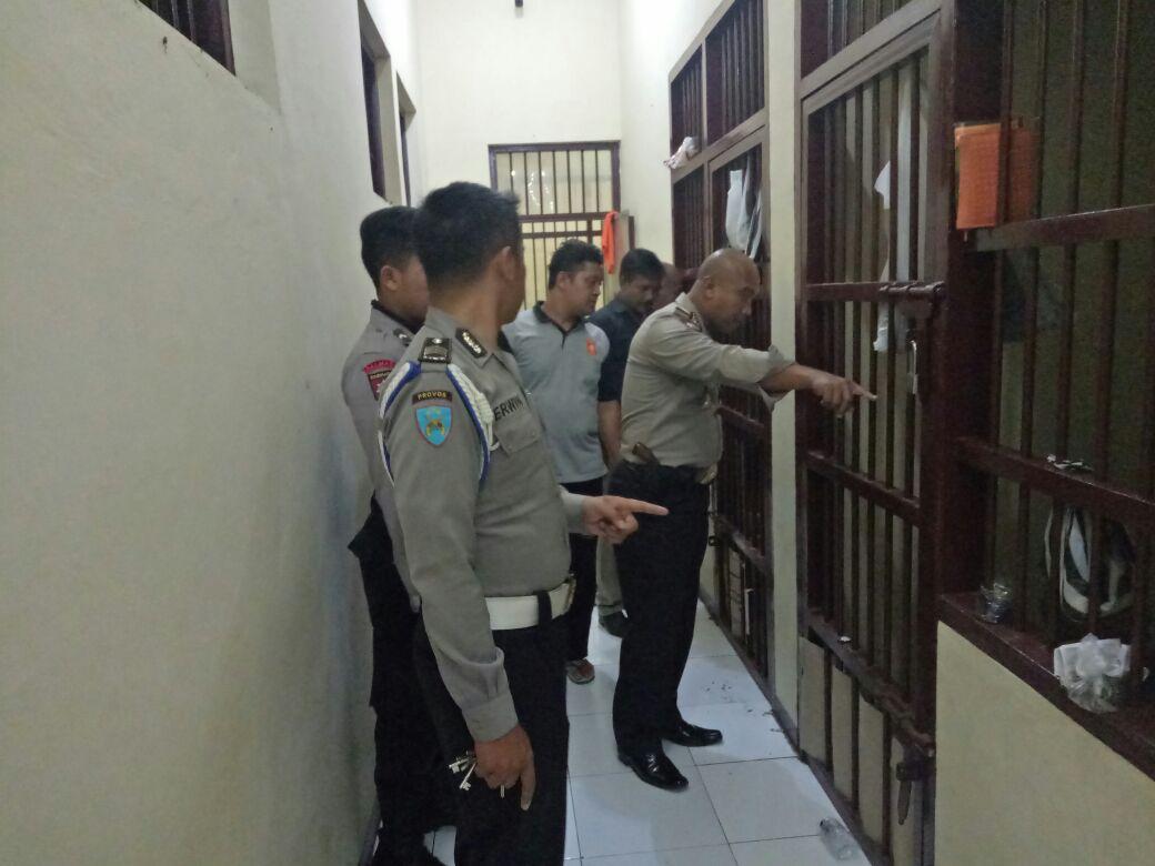 Pawas Dan Padal Serta Piket Cek dan Kontrol Tahanan Dengan Menyapa tahanan Dengan Ramah