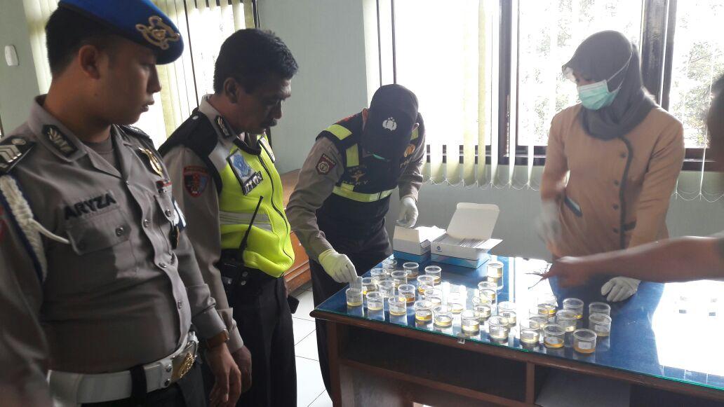 Perwira Polres Batu Didadak Test Urine