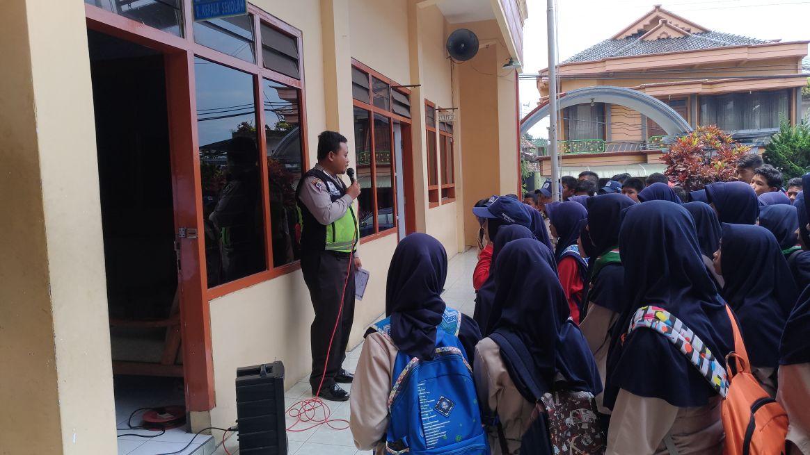 Bhabinkamtibmas Desa Sidomulyo Penyuluhan Ke SMP Muhammadiyah