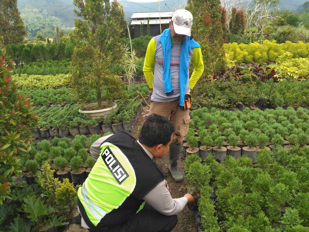 Melihat Indahnya Bunga di Petani Sambil Memberikan Penyuluhan Tentang Kamtibmas