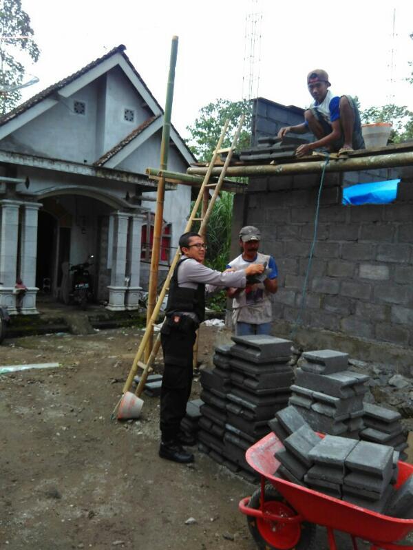 Babinkamtibmas Polsek Ngantang Gotong Royong Membangun Rumah Warga.