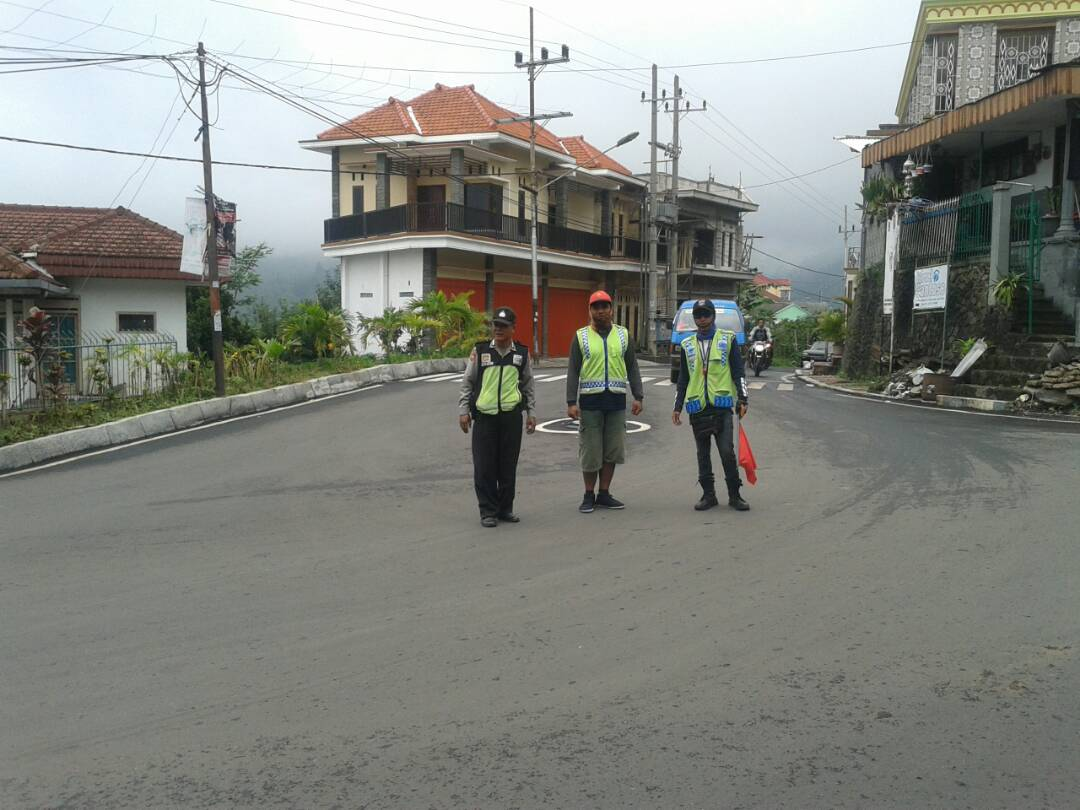 Bhabinkamtibmas Polsek Kasembon Polres Batu Laksanakan Patroli Sambang Di Pos Kamling Untuk Tingkatkan Keamanan Di Wilayah hukum