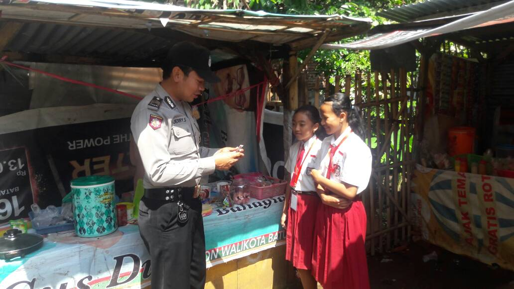 Bhabibkamtibmas Polsek Junrejo Patroli Sekolah – Sekolah