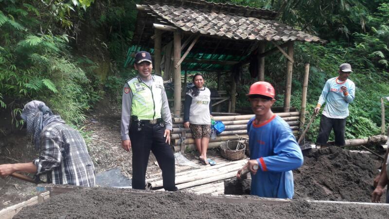 Bhabinkamtibmas Polsek Junrejo Sambang Desa Serta Sosialisasi Penambang Pasir.