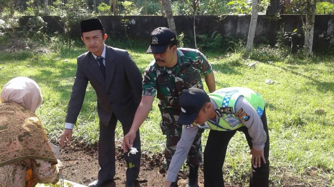 Menyambut Hari Kartini Anggota Polsek Ngantang Giat Upacara Dan Tabur Bunga Di TMP Kec. Ngantang