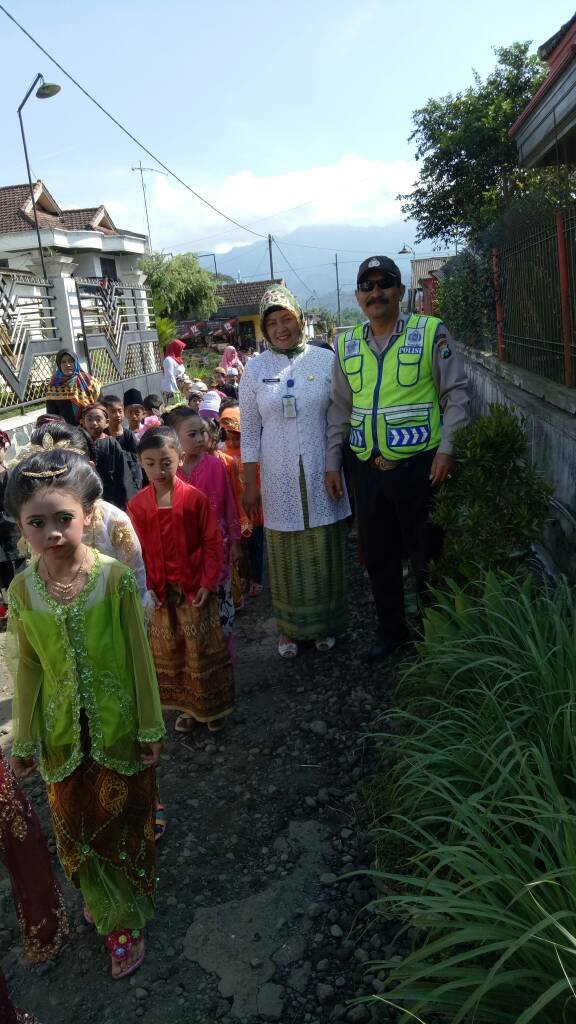 Anggota Bhabinkamtibmas Polsek Pujon Pengamanan Karnaval Hari Kartini