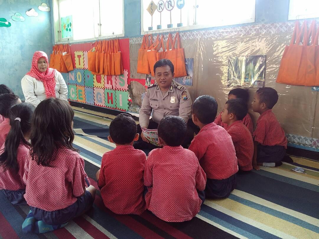 Anggota Bhabinkamtibmas Polsek Batu Menjadi Guru Sehari Di Tk Bina Warga