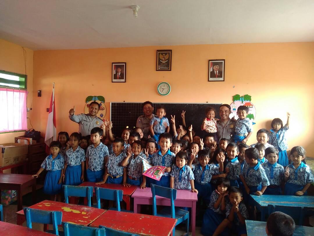 Anggota Bhabinkamtibmas Polsek Batu Menjadi Guru Sehari Di TK Nusa Indah 2.