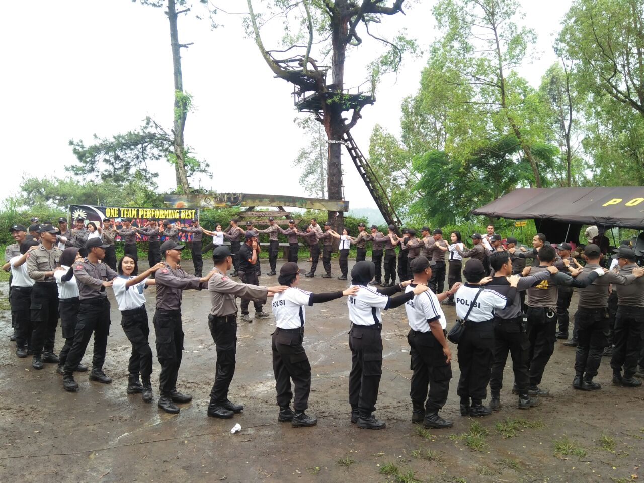 Satuan Patroli Polsek Bumiaji Polres Batu Membantu Wisatawan Yang Ban Kendaraannya Bocor